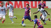 Striker Barcelona, Lionel Messi, melepaskan tendangan ke gawang Celta Vigo pada laga La Liga di Stadion Balaidos, Sabtu (27/6/2020). Kedua tim bermain imbang 2-2. (AP/Lalo Villar)