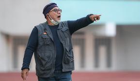 Ekspresi pelatih Persela, Iwan Setiawan saat melawan PSIS dalam laga pekan pertama BRI Liga 1 2021/2022 di Stadion Wibawa Mukti, Cikarang, Sabtu (04/09/2021). Persela kalah 0-1. (Foto: Bola.com/Bagaskara Lazuardi)