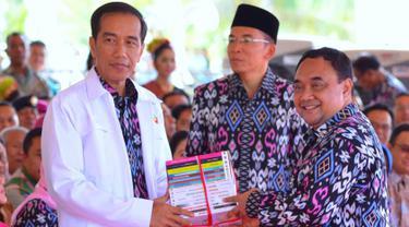 Presiden Joko Widodo menerima buku dari Ketua Umum PWI, Margiono setelah pidato peringatan Hari Pers Nasional 2016 di Kawasan Ekonomi Khusus Mandalika, Kabupaten Lombok Tengah, Nusa Tenggara Barat (NTB), Selasa (9/2). (Setpres/Agus Suparto)