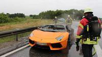 Aventador berwarna oranye ini mengalami overheat saat dipacu di jalan bebas hambatan.