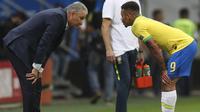 Tite (kiri) pelatih Brasil memberi arahan taktik pada Gabriel Jesus di tengah laga Brasil vs Venezuela pada penyisihan Grup A Copa America 2019. (AP/Natacha Pisarenko)