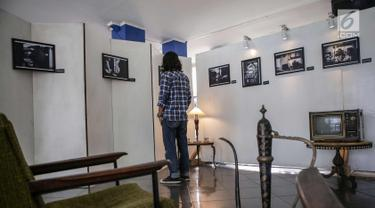 Pengunjung mengamati karya foto dalam pameran fotografi di Kampus Universitas Budi Luhur, Jakarta, Jumat (27/10). Pameran fotografi ini bertemakan 'Kebebasan Yang Dirindukan' menampilkan 17 karya foto. (Liputan6.com/Angga Yuniar)