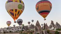 Sejumlah balon udara panas yang membawa wisatawan terbang di atas Nevsehir di wilayah Cappadocia, Turki (5/9). (AFP Photo/Yasin Akgul)