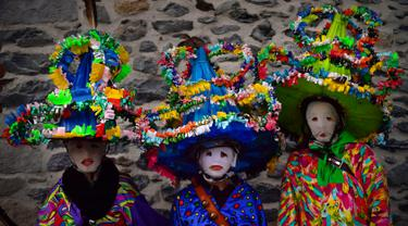 Sekelompok peserta mengenakan pakaian tradisional dan topi yang dikenal sebagai '' Ttutturo '' saat berpartisipasi dalam karnaval di desa Pyrenees Leitza, Spanyol (30/1). Ttutturo ini dihiasi pita dan bulu. (AP Photo / Alvaro Barrientos)