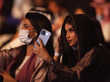Penonton yang telah divaksinasi virus corona menonton penyanyi Saudi Mohammed Abdu di Super Dome yang baru dibangun, di Jeddah, Arab Saudi, Kamis (8/7/2021). Konser ini diselenggarakan Otoritas Hiburan Umum Saudi setelah kerajaan mencabut pembatasan virus corona pada acara di bulan Mei. (AP Photo/Am
