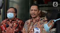 Menristek Bambang Brodjonegoro berjalan bersama Wakil Ketua KPK Nurul Ghufron menjawab pertanyaan wartawan usai melakukan pertemuan di gedung KPK, Jakarta, Selasa (16/6/2020). Pertemuan membahas mengenai hal terkait pendanaan penelitian riset teknologi inovasi. (merdeka.com/Dwi Narwoko)