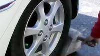 Sejumlah warga mengantongi uang dengan cara mengganjal ban mobil di kala macet.