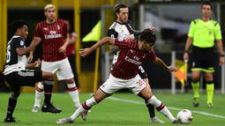 Gelandang AC Milan, Lucas Paqueta, berebut bola dengan penyerang Juventus, Federico Bernardeschi, pada laga lanjutan Serie A pekan ke -31 di Stadion San Siro, Rabu (8/7/2020) dini hari WIB. AC Milan menang 4-2 atas Juventus. (AFP/Miguel Medina)