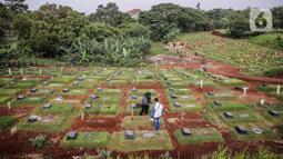 Umat Muslim menabur bunga di makam keluarga saat berziarah di Tempat Pemakaman Umum (TPU) Pondok Ranggon, Jakarta, Minggu (04/04/21). Menjelang bulan Ramadan umat muslim melakukan ziarah kubur untuk mendoakan keluarga dan kerabatnya yang telah wafat. (Liputan6.com/Faizal Fanani)