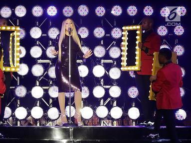 Diva asal AS, Mariah Carey tampil pada acara Himbara Borobudur Shimpony 2018 di Candi Borobudur, Magelang, Selasa (6/11). Mariah membawakan tembang-tembang hitsnya antara lain, Fantacy, Fly Away dan Hero sebagai penutup konser. (Fimela.com/Bambang E.Ros)