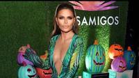 Berbagai tokoh dan karakter dipilih sebagai kostum perayaan Halloween. Seperti Lisa Rinna yang mengenakan sebuah dress dan mengubah penampilannya dengan makeup menyerupai Jennifer Lopez. (Instagram/lisarinna)