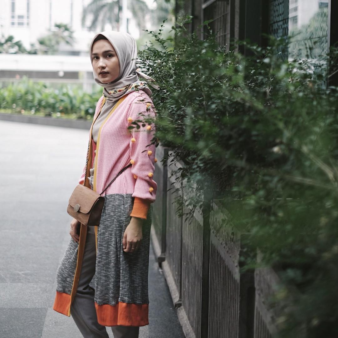 Padukan busana hijab dengan knit outer yang diberi detail pom-pom, penampilan makin kece. (sumber foto: @dwihandaanda/instagram)