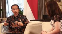 Presiden Joko Widodo saat  wawancara khusus dengan SCTV di Long Room Istana, Jakarta, Rabu (20/7). Presiden menjelaskan berbagai macam keuntungan dari Tax Amnesty. (Liputan6.com/Faizal Fanani)