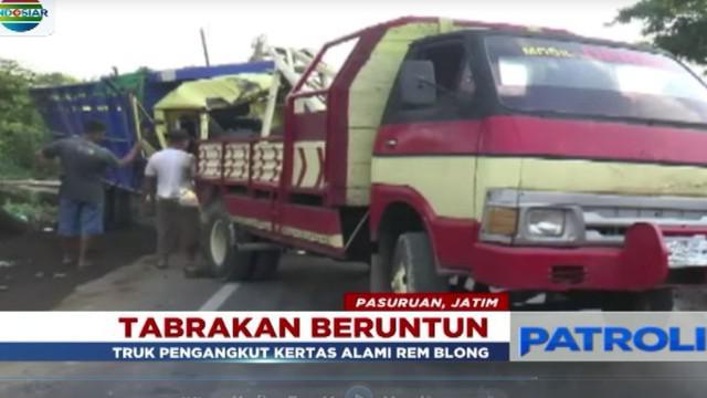 Tabrakan terjadi akibat sebuah truk tronton yang mengangkut kertas gelondongan dengan kelebihan muatan dan mengalami rem blong.