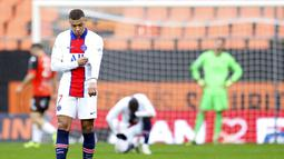 Striker Paris Saint-Germain (PSG), Kylian Mbappe, tampak lesu usai ditaklukkan Lorient pada laga Liga Prancis di Stadion Moustoir, Minggu (31/1/2021). PSG takluk dengan skor 3-2. (AP/David Vincent)