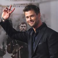 """Aktor Chris Hemsworth menyapa penggemarnya saat menghadiri pemutaran perdana film """"12 Strong"""" di Jazz di Lincoln Center, New York City (16/1). Dalam film ini  Chris Hemsworth bermain sebagai tokoh utama. (AFP Photo/Angela Weiss)"""