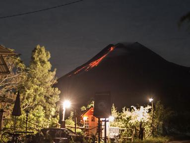 Lava pijar mengalir dari kawah Gunung Merapi di Yogyakarta, Sabtu (23/1/2021). Balai Penyelidikan dan Pengembangan Teknologi Kebencanaan Geologi (BPPTKG) menyebutkan Gunung Merapi mengeluarkan 17 kali guguran lava pijar dengan jarak luncur 300-500 meter pada Sabtu (23/1) pagi. (AFP/Agung Supriyanto)