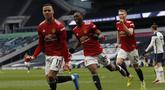 Gelandang Manchester United, Mason Greenwood (kiri) berselebrasi usai mencetak gol ke gawang Tottenham Hotspur pada pertandingan lanjutan Liga Inggris di Stadion Tottenham Hotspur di London, Senin (12/4/2021). MU menang atas Tottenham 3-1. (Adrian Dennis/Pool via AP)