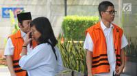Mantan Kalapas Sukamiskin Wahid Husein (kanan) mendatangi Gedung KPK untuk menjalani pemeriksaan, Jakarta, Selasa (9/10). Wahid Husein diperiksa terkait kasus suap pemberian fasilitas di Lapas Klas IA Sukamiskin. (Merdeka.com/Dwi Narwoko)