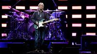 Eric Clapton tampil dalam konser di Stadthalle, Vienna, Austria (6/6/2019). (AFP/Georg Hochmuth)