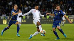Striker Timnas Inggris, Marcus Rashford berebut bola dengan pemain Timnas Kosovo, Fidan Aliti pada laga Grup A kualifikasi Piala Eropa 2020 di Fadil Vokrri Stadium, Minggu (17/11/2019).  Timnas Inggris mampu meraih kemenangan telak 4-0 atas timnas Kosovo. (AP/Boris Grdanoski)