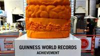 Ada berbagai cara memecahkan rekor dunia. Membuat patung keju juga diperhitungkan.