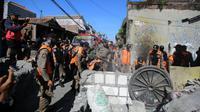 Satpol PP Kota Surabaya membongkar tembok yang memblokir jalan umum di Jalan Tambak Wedi Baru. (Foto: Liputan6.com/Dian Kurniawan)