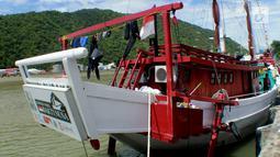 Kapal Pinisi Bakti Nusa bersandar di dermaga Pelabuhan Gorontalo, Sulawesi Utara, Rabu (16/1). Kapal Pinisi yang dibuat pada 2016 untuk pertama kalinya melakukan pelayaran jauh keliling Indonesia. (Liputan6.com/ Arfandi Ibrahim)
