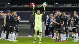 Kiper Jerman, Manuel Neuer melambaikan tangan kepada para fans sebelum memainkan laga ke-100 nya bersama Timnas Jerman melawan Latvia dalam laga uji coba menjelang Euro 2020 (Euro 2021) di Merkur Spiel Arena, Duesseldorf, Senin (7/6/2021). Jerman menang 7-1 atas Latvia. (AP/Martin Meissner)