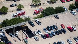 Mobil pemadam kebakaran berada di lokasi tempat parkir dua lantai yang runtuh di Irving, Texas, Selasa (31/7). Setidaknya lebih dari 20 mobil ada saat kejadian tersebut. (Ashley Landis/The Dallas Morning News via AP)