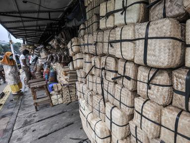 Besek bambu dijual di kawasan Jatinegara, Jakarta, Senin (19/7/2021). Penjualan besek bambu yang digunakan sebagai wadah daging kurban saat Idul Adha pada tahun ini mengalami penurunan hingga 50 persen. (merdeka.com/Iqbal S. Nugroho)