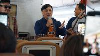 Yovie Widianto dan Kahitna saat tampil di pesawat Garuda Indonesia. (Istimewa/Garuda Indonesia)