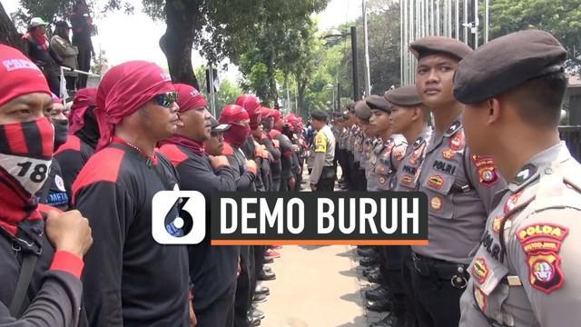 Setelah berdemo di Balai Kota DKI Jakarta dari pagi menuntut kenaikan UMP dan meminta bertemu gubernur. Perwakilan buruh akhirnya bertemu gubernur DKI Jakarta Anies Baswedan.