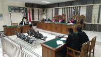 Wakil Ketua DPR RI Taufik Kurniawan mendengarkan vonis majelis hakim tipikor Semarang yang menghukumnya dengan penjara 6 tahun dan denda Rp200 juta. (foto: Liputan6.com/felek wahyu)