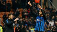 Pemain Inter Milan, Andrea Ranocchia bersama Antonio Candreva merayakan kemenangan tim mereka atas Chievo Verona pada laga ke-15 Serie A, di Stadion San Siro, Minggu (3/12). Inter menggilas tamu mereka dengan lima gol tanpa balas. (AP/Antonio Calanni)