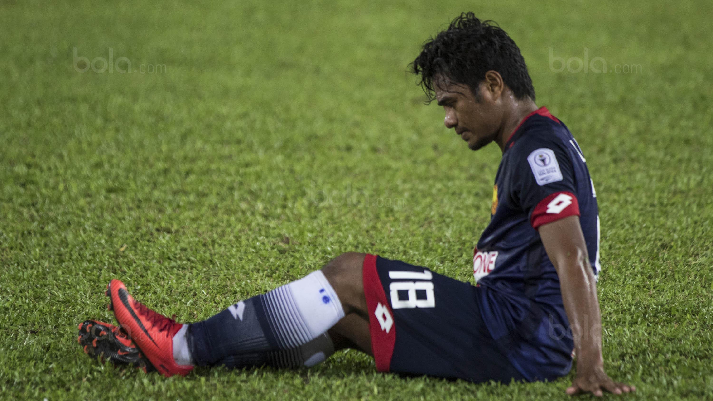 Gelandang Selangor FA, Ilham Udin Armaiyn, mengalami cedera saat melawan Kuala Lumpur FA pada laga Liga Super Malaysia di Stadion KLFA, Kuala Lumpur, Minggu (4/2/2018). Kuala Lumpur FA kalah 0-2 dari Selangor FA. (Bola.com/Vitalis Yogi Trisna)