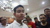 Putra sulung Presiden Jokowi, Gibran Rakabuming Raka sedang usai menemui para pedagang kaki lima Stadion Manahan.(Liputan6.com/Fajar Abrori)