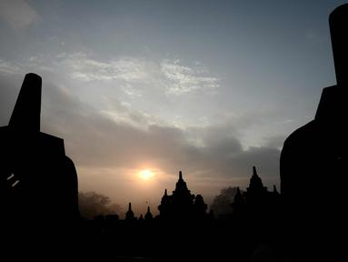 Matahari terbit di atas candi Borobudur di Magelang, di provinsi Jawa Tengah, Indonesia pada 10 Mei 2016. Kemegahan Candi Borobudur didokumentasikan dengan baik sejak awal pemugarannya pada 1973-1983. (AFP Photo/Goh Chai Hin)