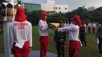 Peserta berlatih menjadi pembawa baki dan penggerek bendera secara bergantian (Foto: Aditya EP)