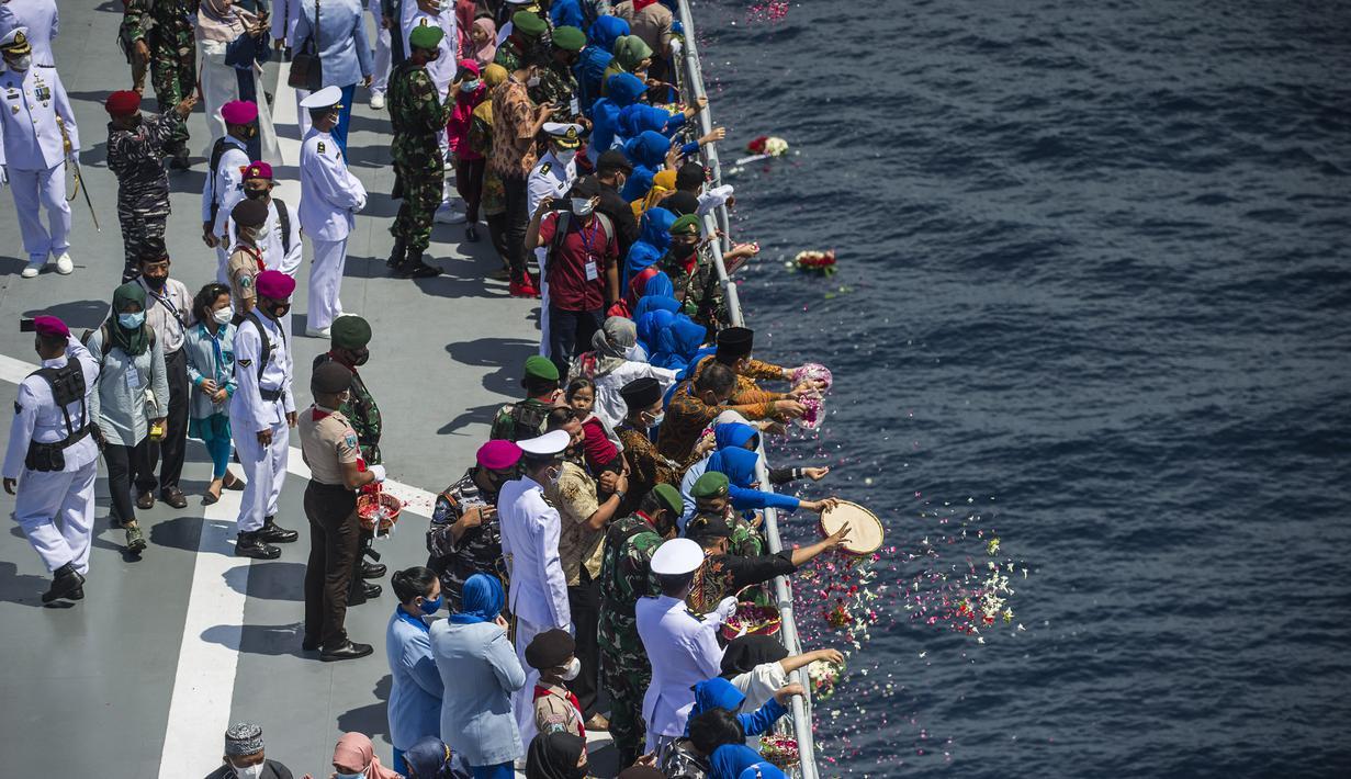 Keluarga awak KRI Nanggala 402 melakukan Tabur Bunga dari geladag Helly KRI Dr Soeharso-990 di perairan utara pulau Bali, Jumat (30/4/2021). Kegiatan tabur bunga yang diikuti dari 53 keluarga awak KRI Nanggala 402 yang tenggelam itu diwarnai suasana haru dan kesedihan keluarga. (Juni Kriswanto/AFP)
