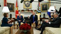 (dari kiri ke kanan) Pemimpin oposisi DPR AS Nancy Pelosi, Wapres AS Mike Pence, Presiden Donald Trump, dan Pemimpin oposisi DPD AS Chuck Schumer (AP PHOTO)