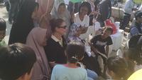 Emak-Emak Berebut Selfie dengan Bule Pemantau Pilkada di Bekasi. (Liputan6.com/Fernando Purba)