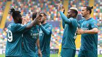 Para pemain AC Milan merayakan gol yang dicetak Franck Kessie dalam laga kontra Udinese di giornata keenam Serie A, Minggu (1/11/2020). AC Milan menang 2-1 atas Udinese dalam pertandingan tersebut. (Andreas SOLARO/AFP)