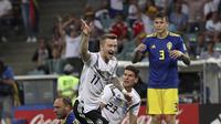 Pemain timnas Jerman, Marco Reus, merayakan gol yang dicetaknya ke gawang Swedia.  (AP Photo/Thanassis Stavrakis)