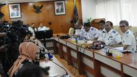 Dirjen Perhubungan Darat Kemenhub Budi Setiyadi mengumumkan tarif untuk ojek online (ojol) di Kementerian Perhubungan, Jakarta, Senin (25/3). Tarif batas bawah untuk Jabodetabek sebesar Rp 2.000 per km dan dan batas atas Rp 2.500 per km. (Liputan6.com/Herman Zakharia)