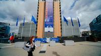 Seorang wanita yang mengenakan masker berjalan melewati markas Komisi Eropa di Brussel, Belgia, Selasa (7/7/2020). Komisi Eropa memprediksi Ekonomi Eropa akan menghadapi resesi lebih dalam akibat langkah-langkah pengendalian COVID-19 yang berkepanjangan. (Xinhua/Zhang Cheng)
