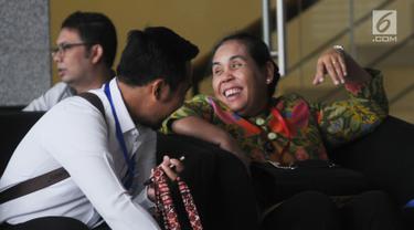 Irjen Kemenkeu Sumiyati tertawa saat menunggu giliran panggilan oleh penyidik di Gedung KPK, Jakarta, Senin (26/8/2019). Sumiyati diperiksa sebagai saksi untuk tersangka selaku PPK Istadi Prahastanto. (merdeka.com/Dwi Narwoko)