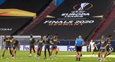 Para pemain Inter Milan melakukan latihan jelang laga Liga Europa di Gelsenkirchen, Jerman, Selasa (4/8/2020). Inter Milan akan berhadapan dengan Getafe. (Photo by Lars Baron / various sources / AFP)