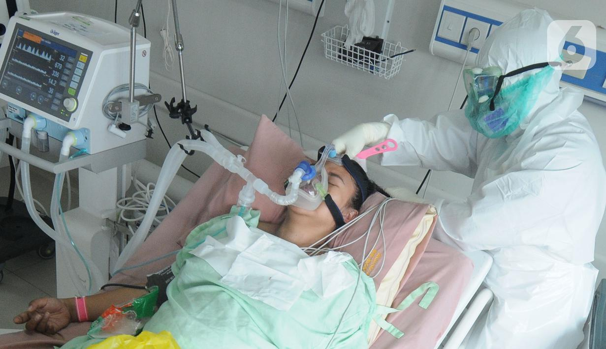 Paramedis menyisir rambut pasien COVID-19 di Ruang ICU RSUD Kota Bogor, Jawa Barat, Jumat (18/6/2021). Kepedulian paramedis terhadap pasien tetap mereka lakukan walau jumlah pasien COVID-19 terus bertambah. (merdeka.com/Arie Basuki)