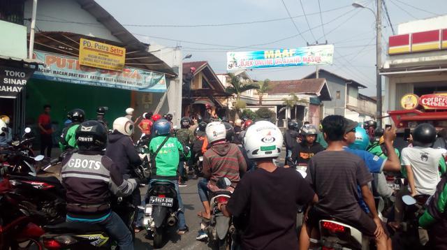 Ratusan ojol di Garut melakukan sweeping di lokasi ojek pangkalan, mereka bahkan terpaksa menurunkan spanduk secara paksa mengenai larangan pengemudi ojol(Www.sulawesita.com)